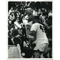 1991 Press Photo Henry Harris of Cleveland Central Catholic Shooting the Ball