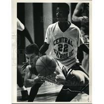 1990 Press Photo Padua's Craig Dedo passes ball as Antoine Morris covers him