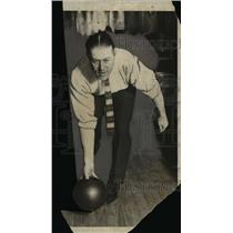1924 Press Photo Yankees pitcher Bush at a bowling alley - net05646