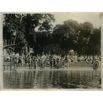 1930 Press Photo Zona Hibberd shoots at the target before diving, Douglas School