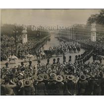 1935 Press Photo Crowd Cheering King George & Queen Near Buckingham Palace