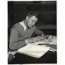 1931 Press Photo Northwestern U. football star Pug Rentner studying - nez24080
