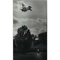 1991 Press Photo Deanna Benkowski flying F-16 model kite at Sheridan Park Cudahy