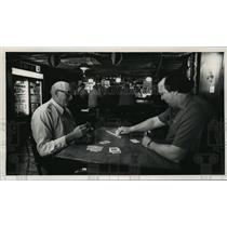 1989 Press Photo Bud Kuhtz plays cribbage with customer John Obriecht