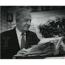 1978 Press Photo Alex Klose looking at a scrapbook of World War II - mja32009