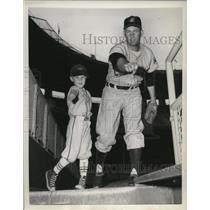 1955 Press Photo Bob Lemon showing his son, Jeff Lemon, how to pitch.