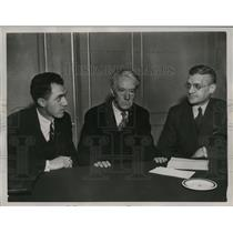 1935 Press Photo K.M. Landis and others discuss matters of baseball leagues.