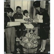 1929 Press Photo Winifred Babb delivers gifts to Junior League Christmas party