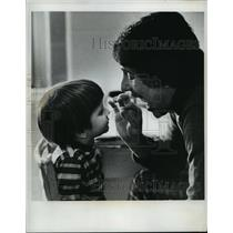 1975 Press Photo Dennis Meszaros using a reward system to teach a child