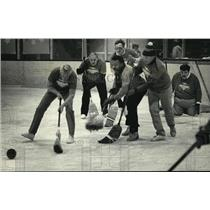 1987 Press Photo County park employees vs supervisors at broom ball game