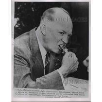 1854 Press Photo Pres.Dwight Eisenhower bites a piece of Southern Chicken