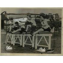 1925 Press Photo Hilda Hatt wins 100 yard hurdles at meet in London - net20987