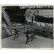 1945 Press Photo US Navy boxing match on a ship as sailors watch - net21041