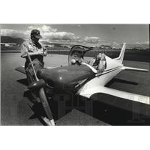 1990 Press Photo Pilot Lee Stearts, seated in his one-seater Teenie Two plane