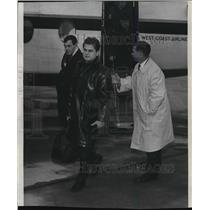 1965 Press Photo Russian hockey team leader Viktor Kuznetsov leaves plane