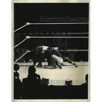 1935 Press Photo Boxer James Lambert lands on opponent Davey Lynch - nes51564