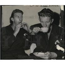 1939 Press Photo Don Budge eating. - cvb76667