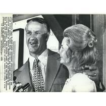 1971 Press Photo Gordie Howe & Wife Colleen Announcing Retirement in Detroit