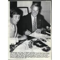 1973 Press Photo Goride Howe (R) Signs 4-Year Million Dollar Contract