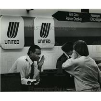 1989 Press Photo Stuart Johnson of United Air Lines explain flight delayed