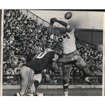 1966 Press Photo Lee Roy Caffey of the Packers belts Cowboy's Pettis Norman