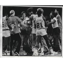 1977 Press Photo Artis Gilmore grimaced as he held Buck's Scott Lloyd by hair.