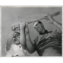 1962 Press Photo Eddie Mathews, Milwaukee third baseman with his son Edwin Jr. 6