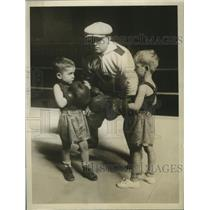 1930 Press Photo Spike Webb referees bout between two four year old boys