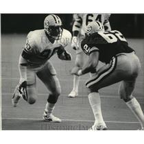 1985 Press Photo Defensive end Ezra Johnson & Offensive lineman Gene Knickrehm.