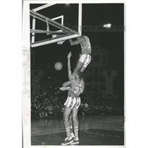 1987 Press Photo Bill Barnes of Globetrotters gives Meadowlark Lemon big boost.