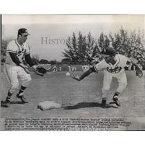 1957 Press Photo Milwaukee Braves Felix Mantilla backhands ball to Johnny Logan.