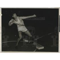 1938 Press Photo Montgomery of Stanford tosses shot at Seattle's Pavilion