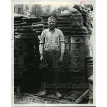 1921 Press Photo International Harvester foundry worker in Chicago, Ill.