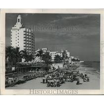 1953 Press Photo Surf, sands & pools available to guests at Miami Beach hotels