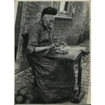 1936 Press Photo Belgian Lace Maker works outside on the street - mjx14877