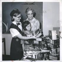 1970 Press Photo of a Girl Scout and her cookies