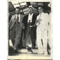 1936 Press Photo Gen. Jiro Minami shown at Tokyo station with reporters