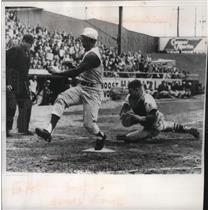 1960 Press Photo Error for Stan Lopata, Braves catcher as Vada Pinson scores.
