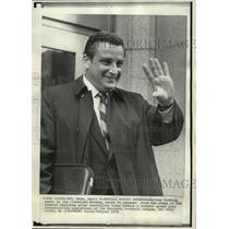 1971 Press Photo Arthur Modell owner of the Cleveland Browns waves to newsmen.