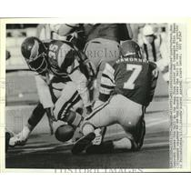 1977 Press Photo Philadelphia Eagles quarterback Ron Jaworski fumbles the ball