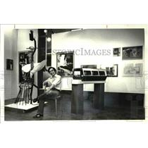 1921 Press Photo Ngoc Minh Luong, Cleveland Institute scholar displays his works