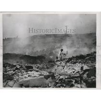 1955 Press Photo Woman tries to salvage her belongings in war-torn Seoul
