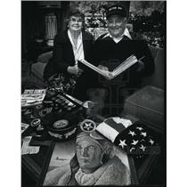 1990 Press Photo Hank & Pat Korol, Veteran with World War II Photographs