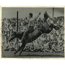 1966 Press Photo Slim Thuemerling Rides Bareback at the Wisconsin State Fair