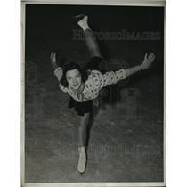 1940 Press Photo Barbara Ann Gingg Sr Figure Skating champ at practice in NYC
