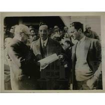 1927 Press Photo Guillermo Yemo Journalist Presents to Mexican Consul Petition