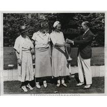 1933 Press Photo Betty Pietsch wins Westchester NY golf trophy from JH Turner