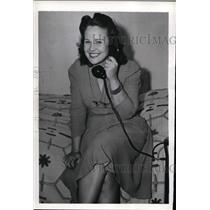 1942 Press Photo Sylvia Gray Phones Friends Of Her Arrival With Other Refugees