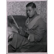 1935 Press Photo boxer Joe Louis reading newspaper