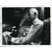 1976 Press Photo Lev Richards Oregonian Writer 747 Simulator - ora72121